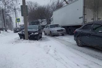 В Барнауле легковой автомобиль протаранил столб
