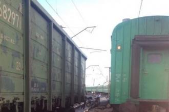 В Алтайском крае легковушка столкнулась с двумя поездами