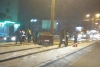 В Барнауле на трамвайные пути вылетел автомобиль