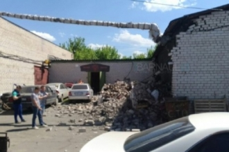 В Барнауле стена обрушилась на автомобиль