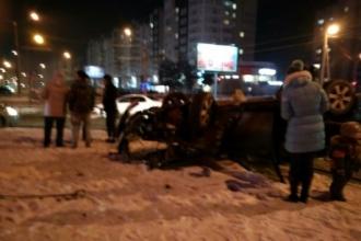 На перекрестке в Барнауле перевернулся автомобиль