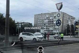 Такси вылетело на трамвайные пути в Барнауле