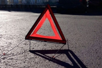В Барнауле произошло столкновение микроавтобуса и легковушки