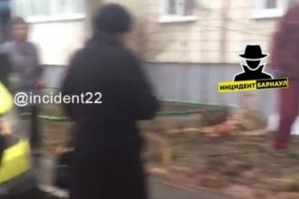 В Барнауле из окна выпала женщина