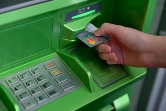 Полицейские Барнаула разыскивают мужчину, забывшего деньги в банкомате