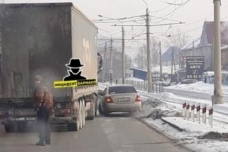 В Барнауле произошло ДТП с участием фуры