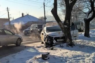 В результате ДТП в Барнауле пострадали 2 пассажирки такси