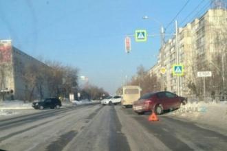 В Барнауле в сугроб влетела машина