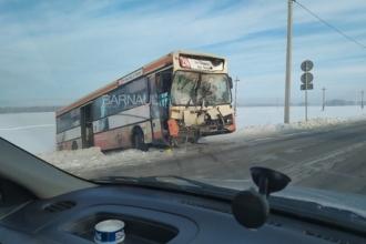 В Барнауле рейсовый автобус столкнулся с грузовиком