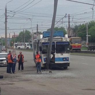 В Барнауле троллейбус врезался в дорожный столб