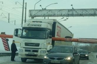 В Барнауле большегруз снес рамку на старом мосту через Обь
