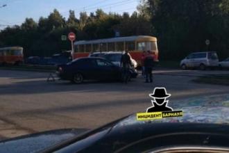 В Барнауле на трамвайном переезде столкнулись автомобили