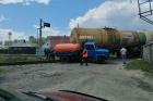 Автоцистерна и железнодорожный состав столкнулись в Барнауле