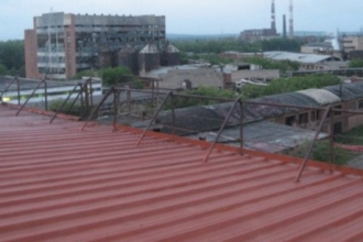 Во время ливня в Барнауле с крыши Барнаула сорвались 3 мужчин