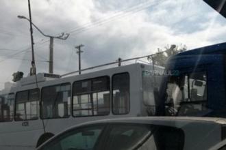 В Барнауле столкнулись автобус и троллейбус