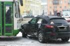 В Барнауле пассажирский автобус протаранил Инфинити