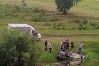 В реку под Барнаулом вылетела машина