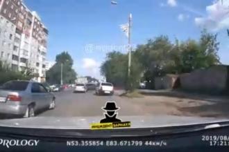 Опубликовано видео ДТП с участием трех автомобилей в Барнауле
