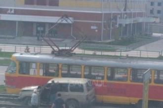 В Барнауле на рельсы вылетел внедорожник