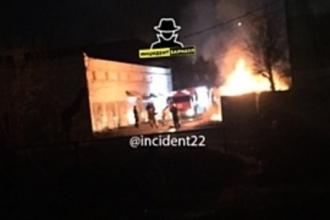 В Барнауле тушили пожар в гараже