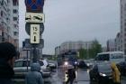 В Барнауле в дорожную яму провалился автобус