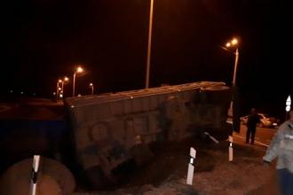Ночью в Алтайском крае перевернулся грузовик с зерном