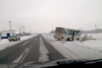 В результате ДТП в Барнауле автобус съехал в кювет