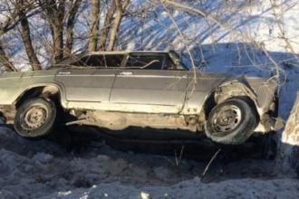 В Барнауле в кювет улетела машина