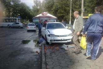 В Барнауле машина протаранила палатку с фруктами