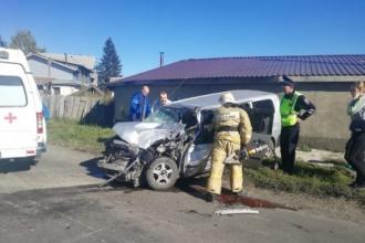 В Бийске столкнулись автобус и автомобиль