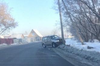 В Барнауле внедорожник влетел в столб