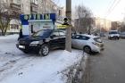 В Барнауле водитель въехал в киоск с фруктами и припаркованный на тротуар Lexus