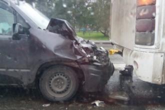 В Барнауле пассажирский автобус протаранила легковушка