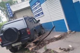 Водитель снес ограждение в Барнауле