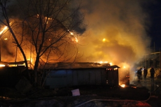 В Барнауле пожар повредил два дома и сараи
