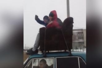 В Камне-на-Оби подростки прокатились на крыше авто, сидя на диване