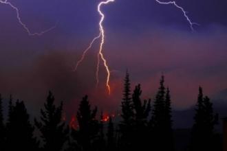 В Алтайском крае продолжаются лесные пожары из-за гроз