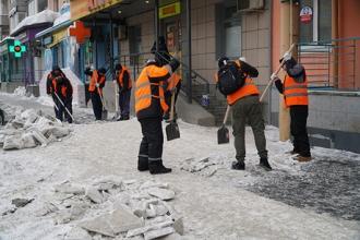В Барнауле осужденных отправили на очистку улиц