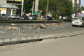 Северо-Западную улицу в Барнауле усыпало картоном
