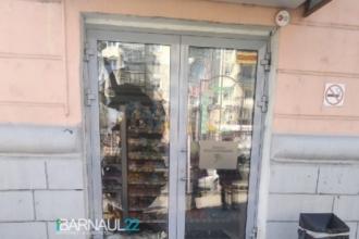 Барнаулец разбил стекло в магазине и попал в больницу
