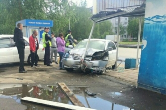 В Барнауле остановку общественного транспорта протаранил автомобиль