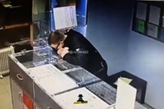 В Барнауле разыскивают вора, который украл золотые серьги